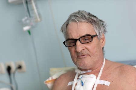Persona despu�s de la cirug�a en una sala de hospital Foto de archivo - 18494430