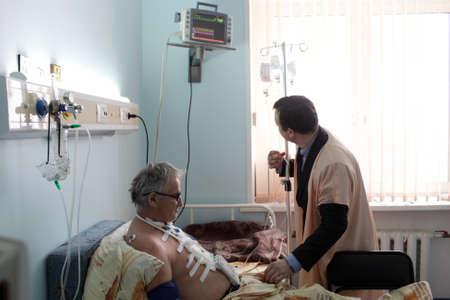 Enfermera y paciente ni�o en una sala de hospital Foto de archivo - 18567757