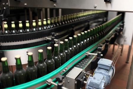 Dettagli della linea di imbottigliamento in una fabbrica di birra Archivio Fotografico - 28588347