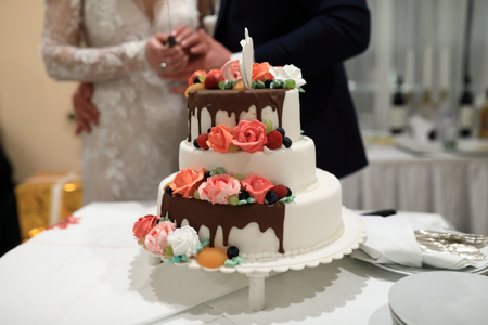 View of wedding cake on newlyweds background Imagens