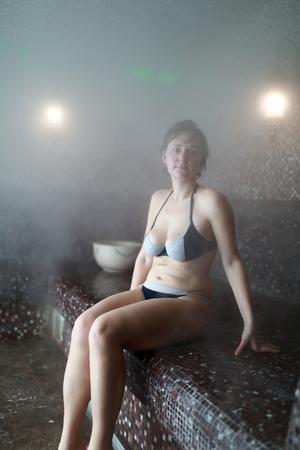 Portrait d'une femme détendue au hammam Banque d'images