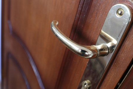 Dettagli della maniglia della porta in legno in hotel Archivio Fotografico