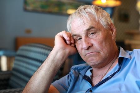 Portrait of sad elderly man in restaurant Banque d'images
