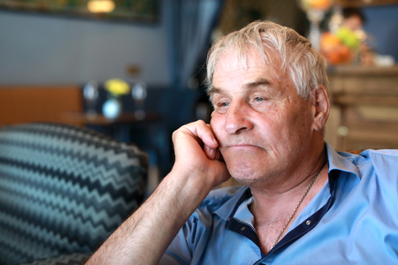 Portrait of sad senior man in restaurant Banque d'images
