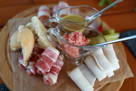 Slices of bacon on wooden plate in restaurant Stockfoto