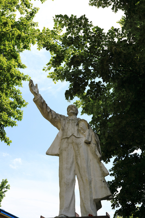 White monument of Vladimir Lenin in the park Stockfoto