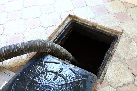 La máquina de alcantarillado bombea las heces del agujero Foto de archivo