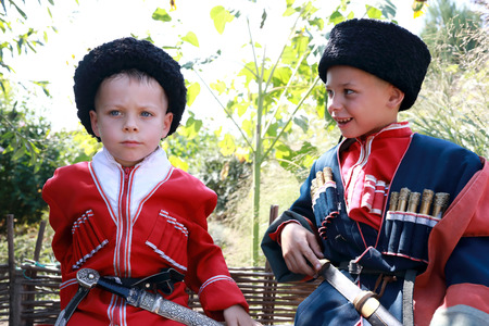 Porträt von Brüdern in Kosakenkostümen im Hinterhof