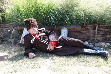 Porträt des Mannes in traditioneller Kosakenkleidung