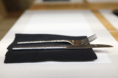 Fork with knife on napkin in restaurant Stockfoto