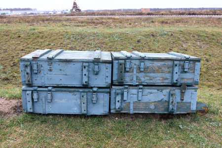 Wooden boxes with artillery shells on field Imagens