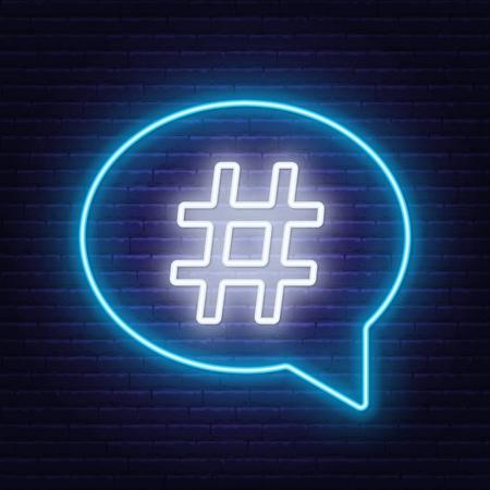 Signe de hashtag néon dans la bulle de dialogue sur fond de mur de briques.