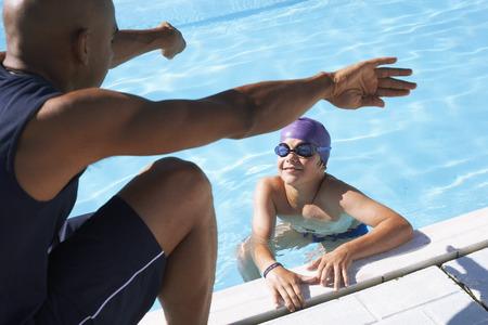 agachado: Entrenador, instructing, nadador