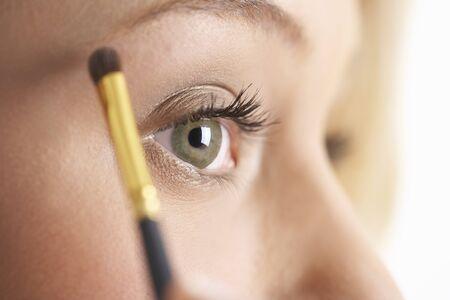 Girl Applying Make-up LANG_EVOIMAGES