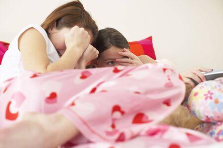 pijamada: Chica viendo la televisión LANG_EVOIMAGES