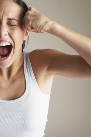 puños cerrados: Mujer gritando