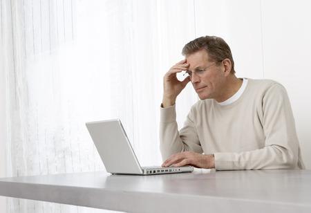 homeoffice: Man Using Laptop