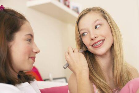 Girl Doing Friends Make-up LANG_EVOIMAGES