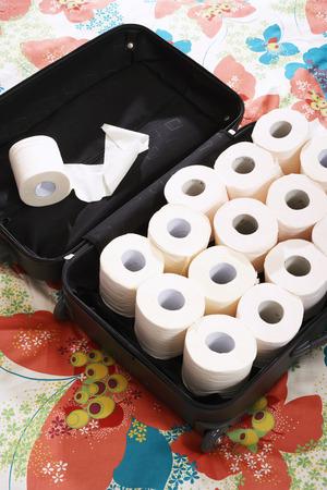 utiles de aseo personal: Papel higiénico en maleta