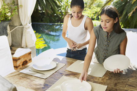 Girls Setting Table LANG_EVOIMAGES