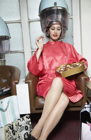 bebes lindos: Mujer en el salón de pelo, comer chocolates LANG_EVOIMAGES