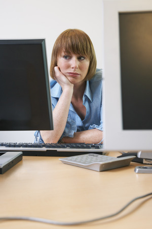 front desk: Woman Bored in Office LANG_EVOIMAGES