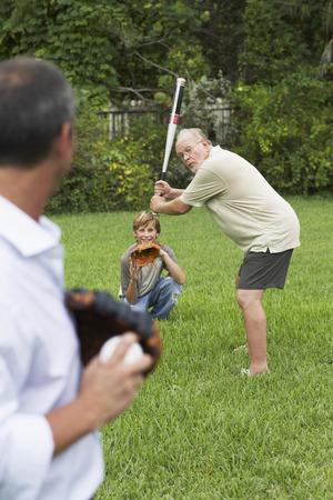 vómito: Familia jugando al béisbol en el patio trasero LANG_EVOIMAGES