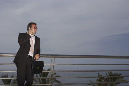 Hombre de negocios usando teléfono celular LANG_EVOIMAGES