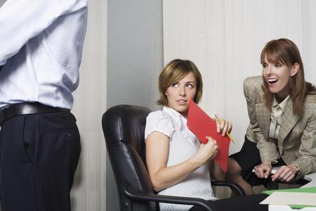 leer: Business Women Looking at Coworker