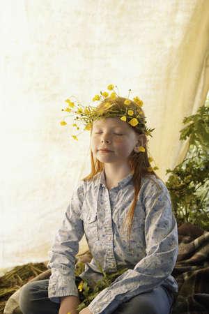 Retrato de la chica que lleva la corona de flores silvestres LANG_EVOIMAGES