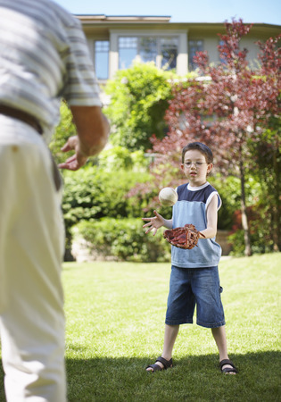 vómito: Man Playing Catch with Boy