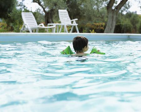 wetting: Toddler in Swimming Pool