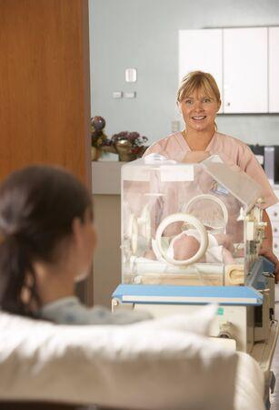 relaciones laborales: Enfermera, llevando, infante, incubadora, ver, madre