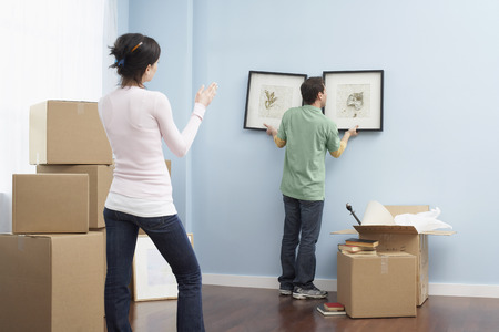 moving box: Couple Moving into New Home LANG_EVOIMAGES