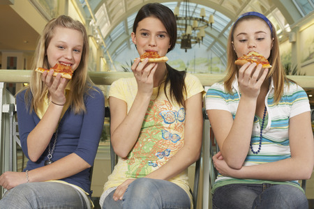 shopping binge: Teenagers Eating Pizza LANG_EVOIMAGES