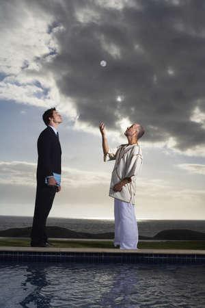 vómito: Men Looking at Sphere