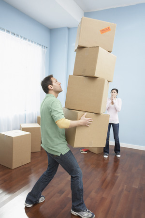 Couple Moving into New Home LANG_EVOIMAGES
