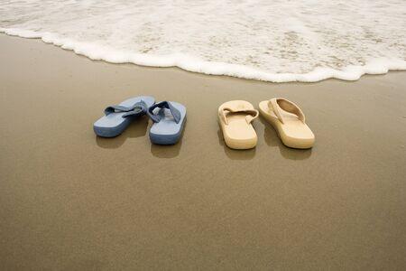 wetting: Flip Flops on Beach LANG_EVOIMAGES