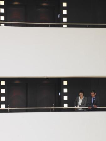 Gente de negocios en el balcón