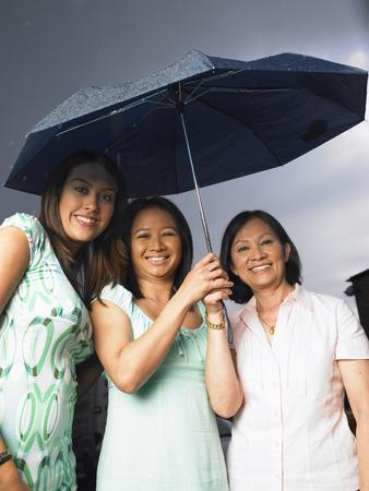 Retrato de la madre y las hijas en la lluvia LANG_EVOIMAGES