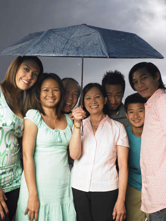 Familia juntos bajo el paraguas