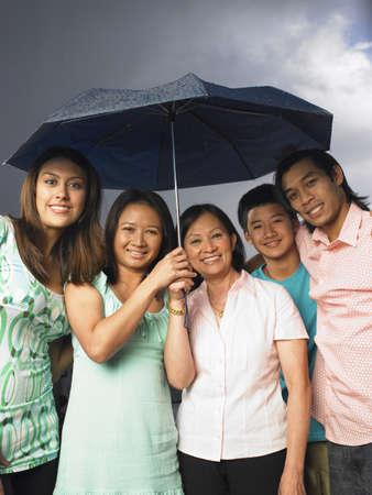 Retrato de la madre con los niños en la lluvia