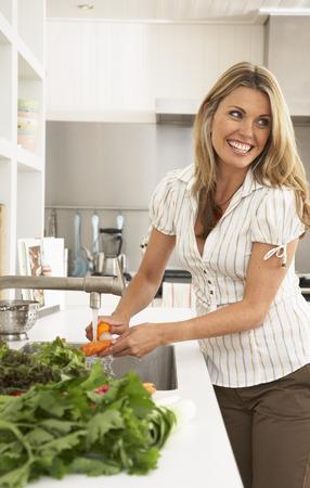 sink: Woman in Kitchen, Preparing Food LANG_EVOIMAGES
