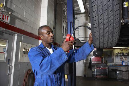 profile measurement: Mechanic Working on Car LANG_EVOIMAGES