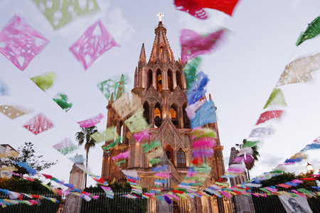 san miguel arcangel: La Parroquia Durante el Día de los Muertos, San Miguel de Allende, México