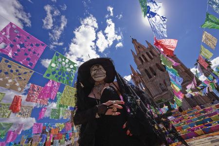 san miguel arcangel: Mujer vestida para el Día de los Muertos, San Miguel de Allende, México LANG_EVOIMAGES