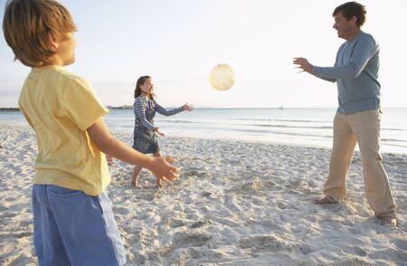 vómito: Padre jugando con niños en la playa, Mallorca, España LANG_EVOIMAGES