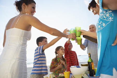 oceanic: Family Eating Outdoors LANG_EVOIMAGES