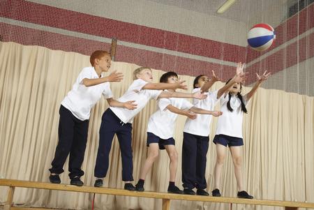 vómito: Niños en la viga de equilibrio