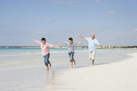 oceanic: Family Running on the Beach LANG_EVOIMAGES
